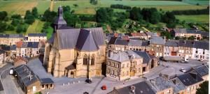 Place de l'Hôtel de ville de Renwez, vue sur la Mairie et l'église